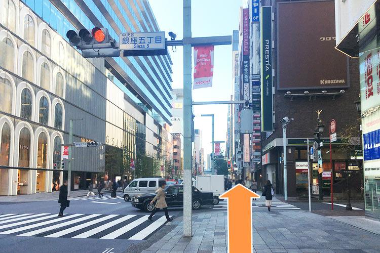GINZA SIX前の交差点を直進します